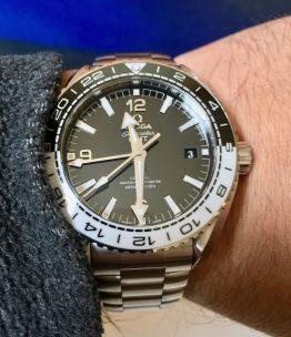 Omega Seamaster Planet Ocean GMT 215.30.44.22.01.001 © 2017 Adam Brown